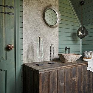 На фото: ванная комната в стиле кантри с темными деревянными фасадами, зелеными стенами, настольной раковиной, синим полом и плоскими фасадами с
