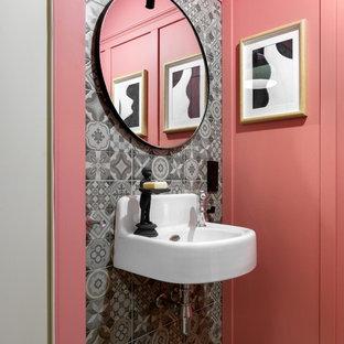Новый формат декора квартиры: главная ванная комната среднего размера в скандинавском стиле с серой плиткой, керамической плиткой, полом из керамогранита, подвесной раковиной, серым полом и розовыми стенами