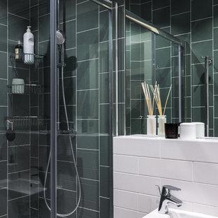 Новые идеи обустройства дома: ванная комната среднего размера в современном стиле с керамической плиткой, душевой кабиной, душем в нише, белой плиткой, зеленой плиткой, подвесной раковиной, инсталляцией, разноцветными стенами, полом из керамической плитки, разноцветным полом и душем с раздвижными дверями