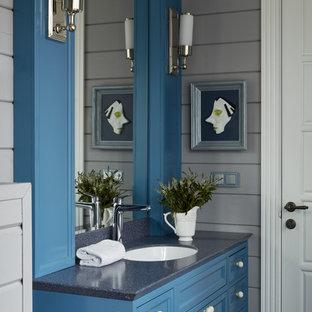 Стильный дизайн: ванная комната в стиле кантри с фасадами с утопленной филенкой, синими фасадами, серыми стенами, врезной раковиной и серой столешницей - последний тренд