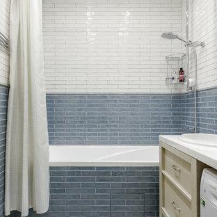 Пример оригинального дизайна: главная ванная комната в современном стиле с фасадами с утопленной филенкой, бежевыми фасадами, ванной в нише, синей плиткой, белой плиткой, накладной раковиной, бежевым полом, шторкой для ванной, белой столешницей и фартуком