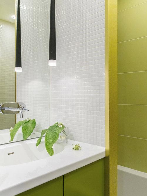 modelo de cuarto de bao pequeo con armarios con paneles lisos puertas