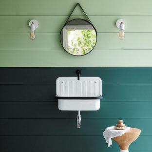 Стильный дизайн: ванная комната в стиле кантри с подвесной раковиной, разноцветным полом и зелеными стенами - последний тренд