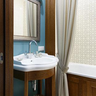 Удачное сочетание для дизайна помещения: главная ванная комната в классическом стиле с ванной в нише, душем над ванной, бежевой плиткой, синими стенами, монолитной раковиной, белым полом, шторкой для душа, фасадами цвета дерева среднего тона и белой столешницей - самое интересное для вас