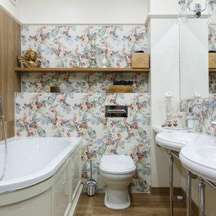 На фото: главные ванные комнаты в классическом стиле с угловой ванной, разноцветной плиткой, коричневым полом, унитазом-моноблоком, разноцветными стенами и консольной раковиной