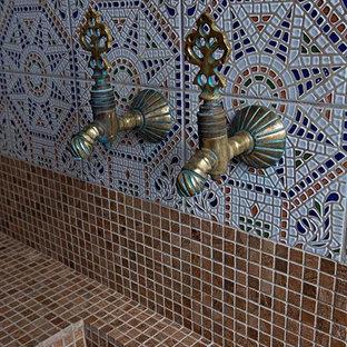 Immagine di una stanza da bagno etnica di medie dimensioni con piastrelle multicolore, lastra di pietra, pareti multicolore, pavimento con piastrelle a mosaico e lavabo rettangolare