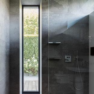 Стильный дизайн: ванная комната в современном стиле с серой плиткой и душевой кабиной - последний тренд