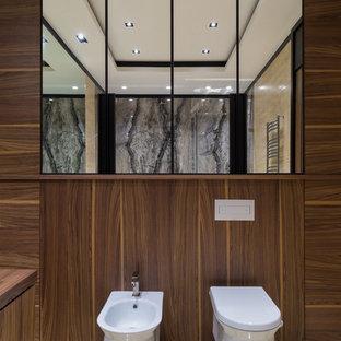 Пример оригинального дизайна интерьера: большая главная ванная комната в современном стиле с полом из травертина, биде и бежевым полом