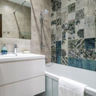 Свежая идея для дизайна: маленькая ванная комната в современном стиле с плоскими фасадами, белыми фасадами, ванной в нише, душем над ванной, разноцветной плиткой, душевой кабиной, накладной раковиной, серым полом, открытым душем, белой столешницей, подвесной тумбой и фартуком - отличное фото интерьера