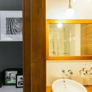 Esempio di una stanza da bagno con doccia contemporanea di medie dimensioni con top in legno, doccia alcova, WC sospeso e porta doccia a battente