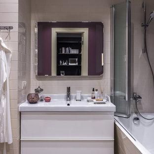 Стильный дизайн: главная ванная комната среднего размера в стиле современная классика с плоскими фасадами, белыми фасадами, душем над ванной, керамической плиткой, ванной в нише, бежевой плиткой, монолитной раковиной, инсталляцией, разноцветными стенами, полом из керамической плитки, белым полом, шторкой для душа и белой столешницей - последний тренд