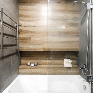 Esempio di una stanza da bagno padronale nordica con vasca ad alcova, vasca/doccia, piastrelle marroni, piastrelle grigie e doccia aperta