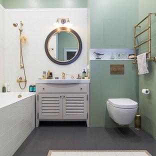 Идея дизайна: главная ванная комната в стиле современная классика с фасадами с филенкой типа жалюзи, серыми фасадами, ванной в нише, душем над ванной, инсталляцией, белой плиткой, зелеными стенами и монолитной раковиной