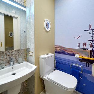 Новые идеи обустройства дома: маленькая ванная комната в морском стиле с раздельным унитазом, разноцветными стенами, подвесной раковиной и бежевым полом