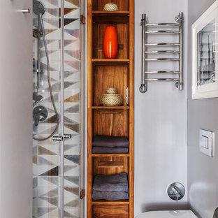 Kleines Modernes Duschbad mit Duschnische, grauer Wandfarbe, beigem Boden, Toilette mit Aufsatzspülkasten, grauen Fliesen und Falttür-Duschabtrennung in Moskau