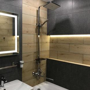 Immagine di una piccola stanza da bagno padronale minimal con ante lisce, ante marroni, vasca ad alcova, vasca/doccia, piastrelle in gres porcellanato, pareti nere, pavimento in gres porcellanato, lavabo da incasso, pavimento nero e doccia con tenda