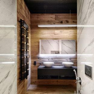Foto de cuarto de baño contemporáneo, pequeño, con sanitario de pared, baldosas y/o azulejos blancos, baldosas y/o azulejos de porcelana, lavabo sobreencimera, armarios abiertos, puertas de armario negras, paredes marrones y suelo de madera en tonos medios