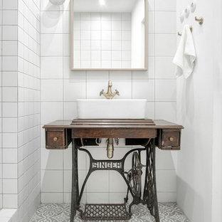 На фото: маленькие ванные комнаты в современном стиле с белой плиткой, керамической плиткой, полом из керамической плитки, настольной раковиной, серым полом, столешницей из дерева и коричневой столешницей