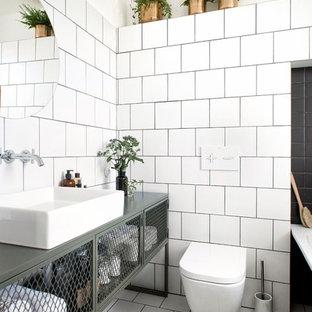 Idee per una piccola stanza da bagno industriale con WC sospeso, piastrelle bianche, piastrelle in ceramica, pareti bianche, pavimento con piastrelle in ceramica, pavimento bianco, consolle stile comò, lavabo a bacinella e top verde