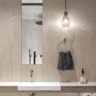 Неиссякаемый источник вдохновения для домашнего уюта: большая ванная комната в стиле модернизм с столешницей из дерева, бежевыми стенами, открытыми фасадами, открытым душем, накладной раковиной и серой столешницей