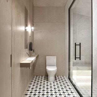 На фото: большая баня и сауна в современном стиле с бежевыми стенами, полом из цементной плитки, врезной раковиной, столешницей из дерева, разноцветным полом, душем с распашными дверями, душем в нише, раздельным унитазом, открытыми фасадами, мраморной плиткой и серой столешницей