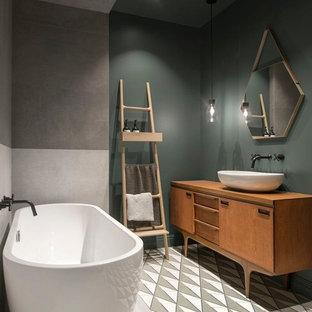 Идея дизайна: большая главная ванная комната в скандинавском стиле с отдельно стоящей ванной, зелеными стенами, полом из цементной плитки, настольной раковиной, столешницей из дерева, разноцветным полом, фасадами цвета дерева среднего тона, серой плиткой, керамогранитной плиткой, плоскими фасадами и коричневой столешницей