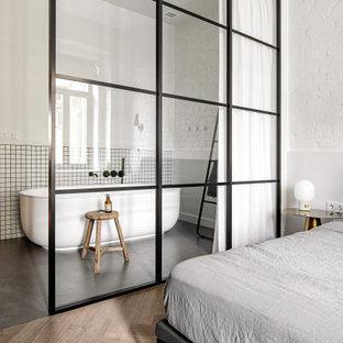 Неиссякаемый источник вдохновения для домашнего уюта: маленькая ванная комната в современном стиле с отдельно стоящей ванной, белой плиткой, белыми стенами, плиткой мозаикой, серым полом и кирпичными стенами