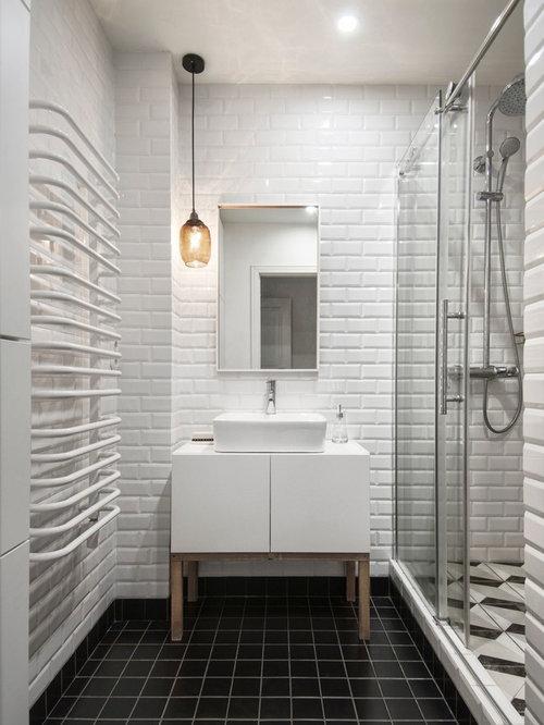 skandinavische badezimmer mit schwarzen fliesen: design-ideen, Hause ideen