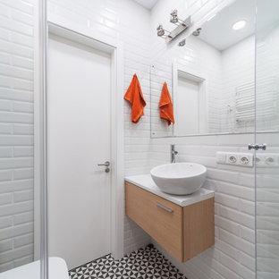 Idéer för små funkis badrum, med vit kakel, klinkergolv i porslin, tunnelbanekakel, ett fristående handfat, släta luckor, vita väggar och flerfärgat golv