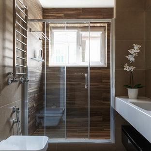 На фото: маленькие ванные комнаты в современном стиле с черными фасадами, бежевой плиткой, керамогранитной плиткой, полом из керамогранита, врезной раковиной, столешницей из искусственного кварца, белым полом, белой столешницей, душем в нише, инсталляцией и душем с раздвижными дверями