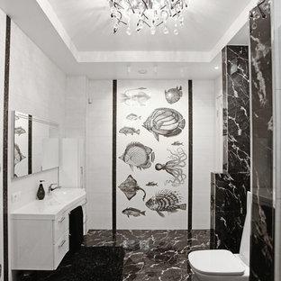 Выдающиеся фото от архитекторов и дизайнеров интерьера: ванная комната в современном стиле с плоскими фасадами, белыми фасадами, раздельным унитазом, белой плиткой, черно-белой плиткой, черной плиткой и монолитной раковиной