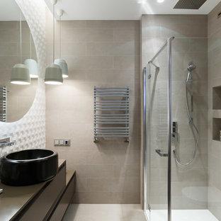 На фото: ванные комнаты среднего размера в современном стиле с бежевой плиткой, керамогранитной плиткой, полом из керамогранита, душевой кабиной, плоскими фасадами, фасадами цвета дерева среднего тона, угловым душем и настольной раковиной