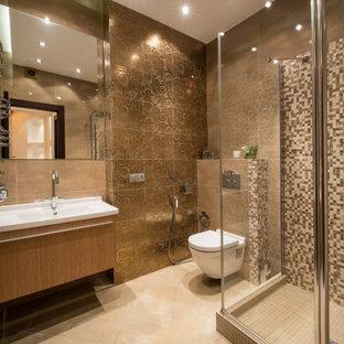 Пример оригинального дизайна: большая ванная комната в современном стиле с плоскими фасадами, фасадами цвета дерева среднего тона, угловым душем, инсталляцией, коричневой плиткой, полом из керамогранита, душевой кабиной, монолитной раковиной, бежевым полом, душем с распашными дверями, белой столешницей и напольной тумбой