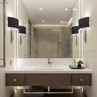 Стильный дизайн: ванная комната среднего размера в современном стиле с душем в нише, душевой кабиной, накладной раковиной, столешницей из искусственного камня, бежевым полом, фасадами цвета дерева среднего тона и бежевой плиткой - последний тренд