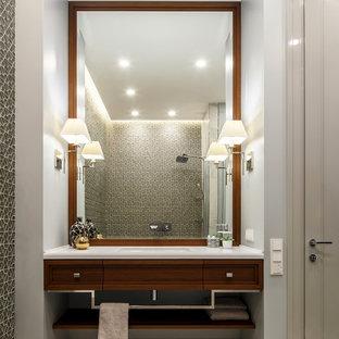 На фото: главные ванные комнаты в стиле современная классика с фасадами с утопленной филенкой, фасадами цвета дерева среднего тона, душем над ванной, серыми стенами, монолитной раковиной, плиткой мозаикой, мраморным полом и белым полом