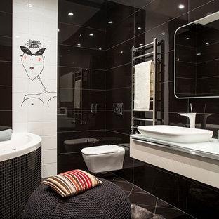Modernes Badezimmer En Suite mit Eckbadewanne, Wandtoilette, weißen Fliesen, schwarzen Fliesen, Aufsatzwaschbecken, flächenbündigen Schrankfronten und weißen Schränken in Moskau