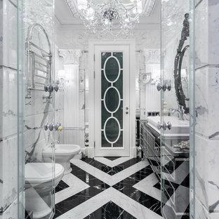 Пример оригинального дизайна интерьера: ванная комната в классическом стиле с черными фасадами, душем в нише, биде, белой плиткой, серой плиткой, мраморной плиткой, мраморным полом, душевой кабиной, настольной раковиной, разноцветным полом, душем с распашными дверями, фасадами островного типа и белыми стенами