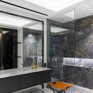 Новые идеи обустройства дома: ванная комната в современном стиле с плоскими фасадами, черными фасадами, душем в нише, синей плиткой, плиткой из листового камня, душевой кабиной, врезной раковиной, мраморной столешницей и белым полом