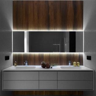 Удачное сочетание для дизайна помещения: ванная комната в современном стиле с плоскими фасадами, белыми фасадами, монолитной раковиной, серым полом, белой плиткой и плиткой мозаикой - самое интересное для вас