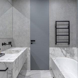 Пример оригинального дизайна: ванная комната в современном стиле с плоскими фасадами, серыми фасадами, накладной ванной, серой плиткой, монолитной раковиной, серым полом и серой столешницей