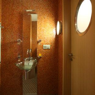 Ejemplo de cuarto de baño infantil, actual, pequeño, con armarios con paneles lisos, puertas de armario naranjas, baldosas y/o azulejos naranja, baldosas y/o azulejos de metal, parades naranjas, suelo con mosaicos de baldosas, lavabo tipo consola y encimera de acero inoxidable