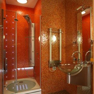 Immagine di una piccola stanza da bagno con doccia minimal con doccia alcova, piastrelle arancioni, piastrelle in metallo, pareti arancioni, pavimento con piastrelle a mosaico, top in acciaio inossidabile e lavabo sospeso