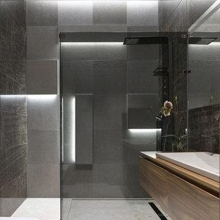 Свежая идея для дизайна: ванная комната среднего размера в современном стиле с плоскими фасадами, фасадами цвета дерева среднего тона, серой плиткой, керамогранитной плиткой, мраморным полом, душевой кабиной, накладной раковиной, столешницей из дерева и открытым душем - отличное фото интерьера