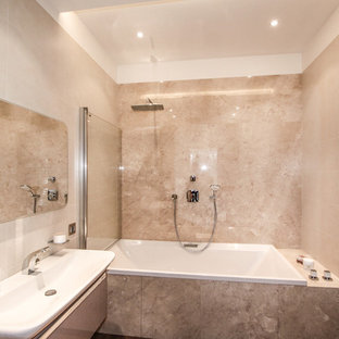 Неиссякаемый источник вдохновения для домашнего уюта: главная ванная комната среднего размера в современном стиле с накладной ванной, душем над ванной, инсталляцией, розовой плиткой, керамогранитной плиткой, розовыми стенами, полом из мозаичной плитки, подвесной раковиной, розовым полом и шторкой для душа