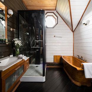 Создайте стильный интерьер: ванная комната в стиле рустика с отдельно стоящей ванной, белыми стенами, темным паркетным полом, монолитной раковиной и черным полом - последний тренд