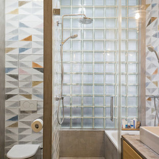 Создайте стильный интерьер: ванная комната в стиле лофт с ванной в нише, душевой комнатой, раздельным унитазом, разноцветной плиткой, душевой кабиной, настольной раковиной, серым полом и душем с распашными дверями - последний тренд