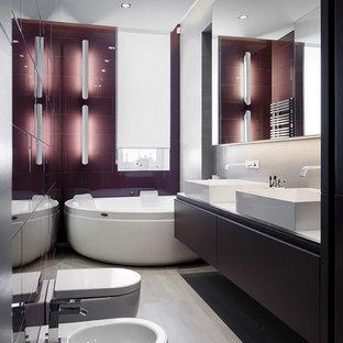 Diseño de cuarto de baño principal, contemporáneo, de tamaño medio, con paredes púrpuras, lavabo sobreencimera, puertas de armario violetas, jacuzzi, baldosas y/o azulejos de porcelana, suelo de baldosas de porcelana, encimera de vidrio, armarios con paneles lisos y bidé
