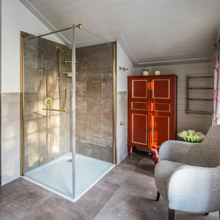 Foto di una stanza da bagno con doccia classica di medie dimensioni con ante rosse, piastrelle beige, piastrelle in gres porcellanato, pareti bianche, pavimento in gres porcellanato, porta doccia a battente, consolle stile comò e doccia a filo pavimento