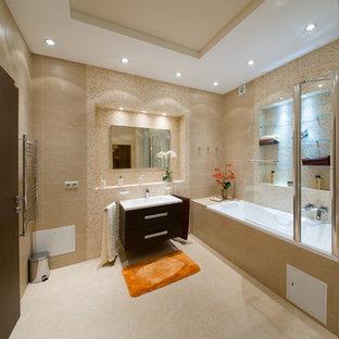 Idee per una grande stanza da bagno chic con ante lisce, ante gialle, vasca ad alcova, doccia alcova, pareti beige, pavimento con piastrelle in ceramica, lavabo sospeso, pavimento giallo e porta doccia scorrevole