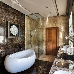 Новые идеи обустройства дома: главная ванная комната в современном стиле с угловым душем, коричневыми стенами, накладной раковиной, отдельно стоящей ванной, коричневой плиткой, плиткой из листового камня, мраморным полом и душем с распашными дверями